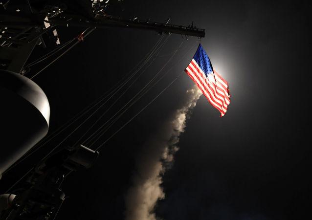 السفينة الأمريكية الحربية تنفذ هجوما صاروخيا على قاعدة سورية