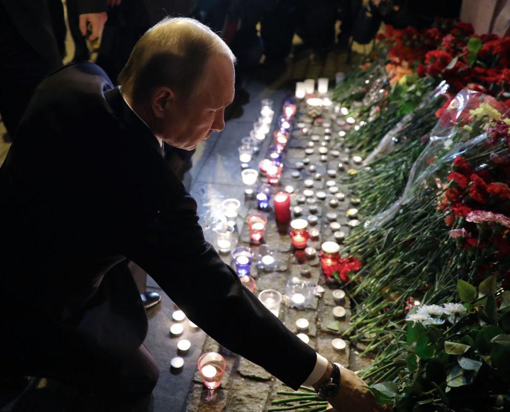 الرئيس فلاديمير بوتين يضع الأزهار في موقع الحدث - انفجار مترو بمدينة سانت بطرسبورغ في مدينة سانت بطرسبورغ، روسيا 3 أبريل/ نيسان 2017