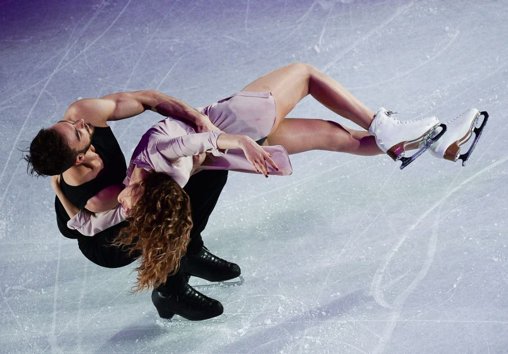 غابريئيلا باباداكيس وغيئوم سيزيرون (فرنسا)، الذان احتلا المرتبة الثانية في بطولة العالم للتزلج الإيقاعي على الجليد في هلسنكي، فنلندا