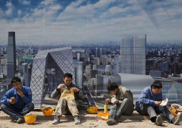 عمال بناء خلال وقت الاستراحة في بكين، الصين 6 أبريل/ نيسان 2017