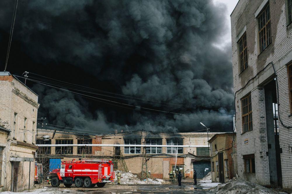 عناصر الطوارئ الروسية خلال إطفاء الحريق الذي نشب إثر إنفجار في عمارة بإفانوفا