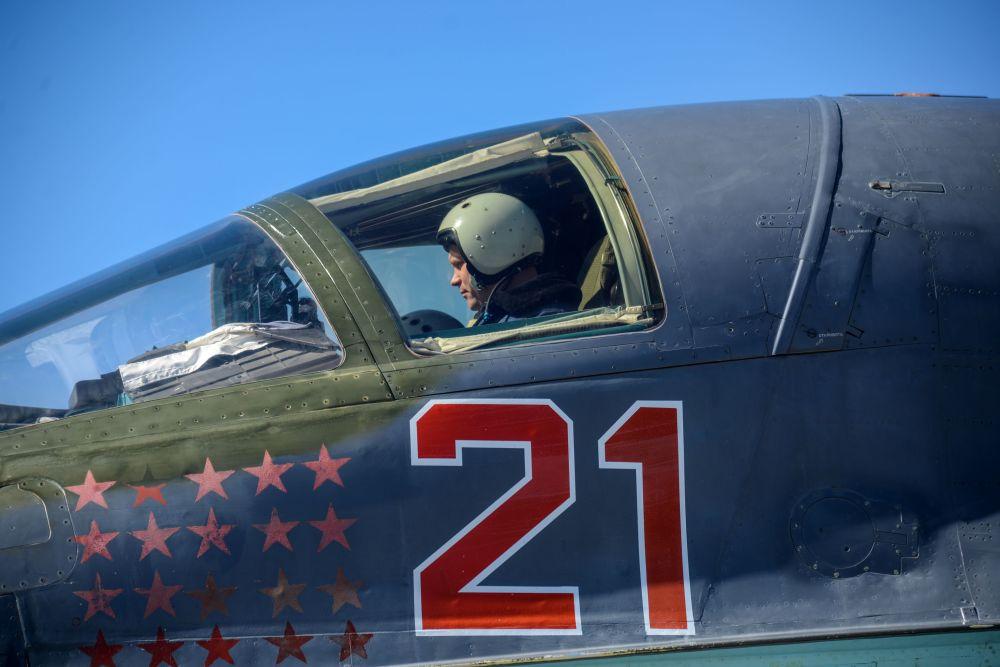 طيار داخل قمرة طائرة خلال التدريبات في القاعدة الجوية بوتورلينوفكا في مقاطعة فورونيج، روسيا