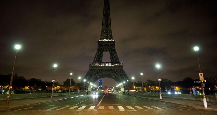 مشهد يطل على برج إيفل في باريس، والذي تم إطفاء إضاءته لإحياء ذكرى ضحايا عملية تفجير مترو في مدينة سان بطرسبورغ، فرنسا