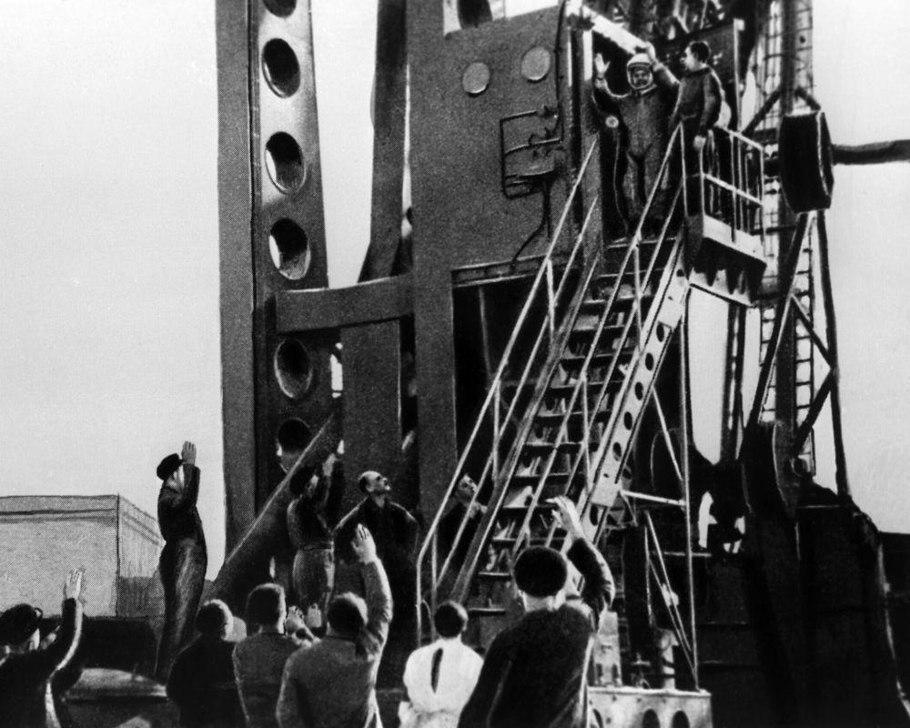 أول رائد إلى الفضاء - يوري غاغارين يصعد إلى المركبة الفضائية فوستوك-1، 12 أبريل/ نيسان 1961