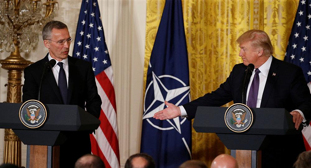 الرئيس الأمريكي دونالد ترامب خلال المؤتمر الصحفي مع الأمين العام لحلف الناتو ينس ستولتنبرغ