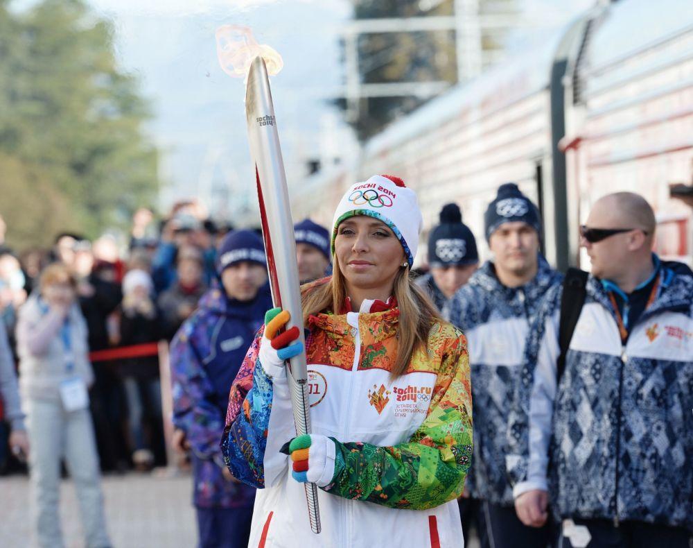 صورة إعلانية للرياضية الروسية تاتيانا نافكا تشارك في فعالية حمل الشعلة الأولمبية في مدينة سوتشي