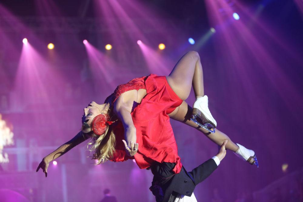 الرياضية الروسية تاتيانا نافكا خلال عرض مسرحي على الجليد من القصص الصغيرة من حياة بلد كبير في مدينة سوتشي