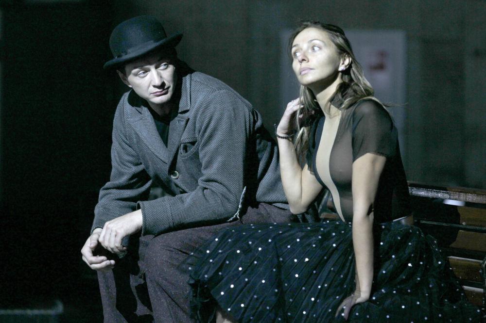 الرياضية الروسية تاتيانا نافكا والممثل الروسي مارات باشاروف خلال أداء عرض مسرحي على الجليد