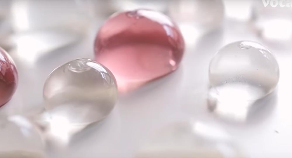 العلماء يصنعون قوارير صالحة للأكل وتشبه جيلي فيش