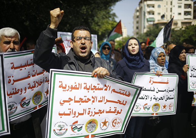 احتجاجات المواطنين الفلسطينيين ضد اقتطاع الرواتب في مدينة غزة، قطاع غزة، فلسطين 11 أبريل/ نيسان 2017