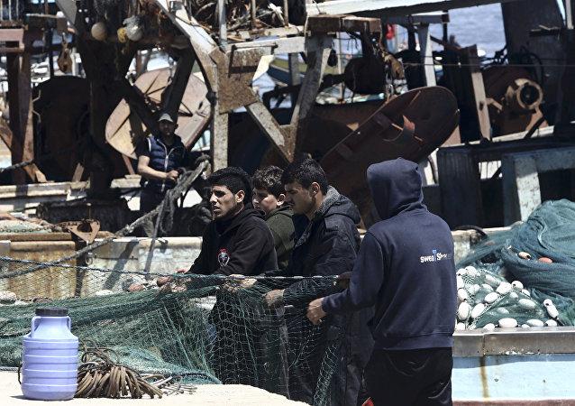 صيادون غزاويون في ميناء بحر غزة، مدينة غزة، قطاع غزة، فلسطين 6 أبريل/ نيسان 2017