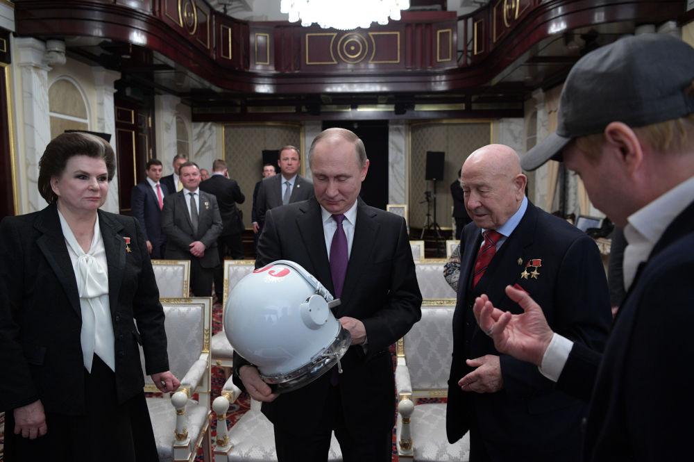 الرئيس الروسي فلاديمير بوتين خلال الللقاء مع رواد الفضاء بمناسبة يوم الفضاء العالمي (12 أبريل/ نيسان من كل عام) - رائد فضاء أليكسي ليونوف، رائدة فضاء فالينتينا تيريشكوفا (أول امرأة تخرج إلى الفضاء)، وذلك قبيل مشاهدة الفيلم الروسي الجديد  بيرفيي (الأوائل)