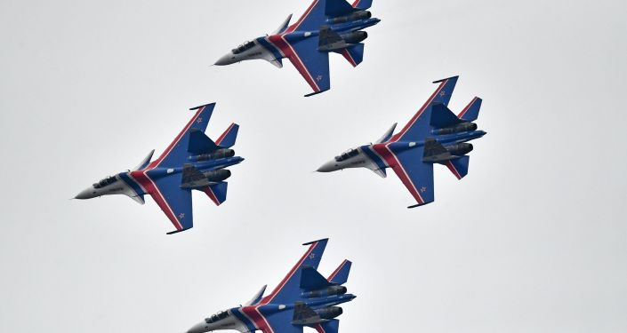 فرقة الاستعراضات الجوية فيتيازي (الفرسان الروس) على متن القاذفات سو-30 اس.ام أثناء التدريبات العسكرية الجوية في المطار العسكري الجوي كوبينكا بمقاطعة موسكو.