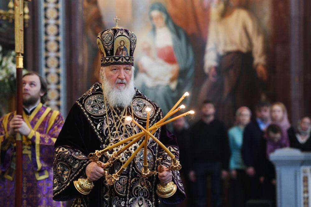 كيريل الأول أسقف الكنيسة الروسية الأرثوذكسية وبطريرك موسكو وعموم روسيا خلال صلاة بمناسبة الخميس المبارك (ذكرى العشاء الأخير) في موسكو