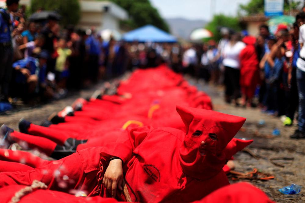 ممثل يرتدي زي شيطان في مهرجان يعرف باسم لوس تالسيغوينز، كجزء من الأنشطة الدينية بمناسبة بداية الأسبوع المقدس في تيكسيستيبيك، السلفادور، 10 أبريل/ نيسان 2017