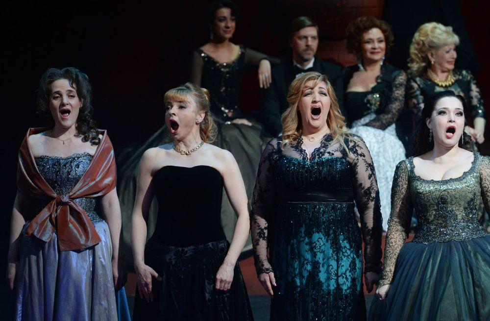الممثلون خلال الأداء بمناسبة يوم تأسيس المسرح غيليكون أوبرا في موسكو