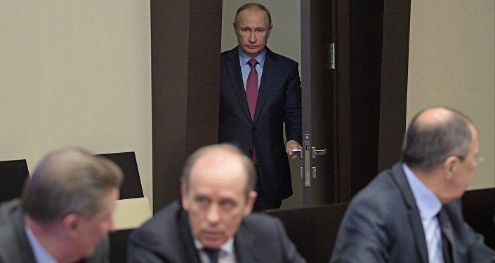 الرئيس الروسي فلاديمير بوتين لدى دخوله قاعة اجتماع مجلس الأمن الفيدرالي