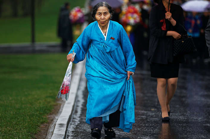 مواطنون يسيرون تحت الأمطار