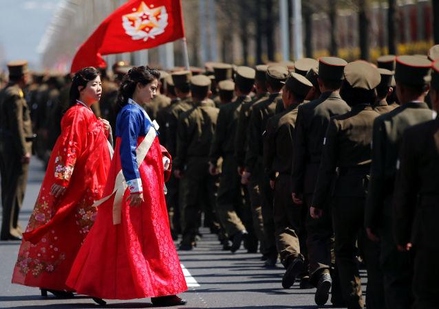 امرأتان ترتديان الملابس الكورية التقليدية في بيونغ يانغ