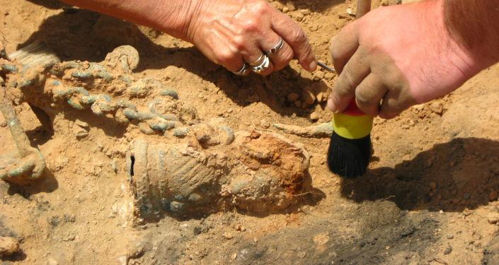 تنقيب علماء الآثار