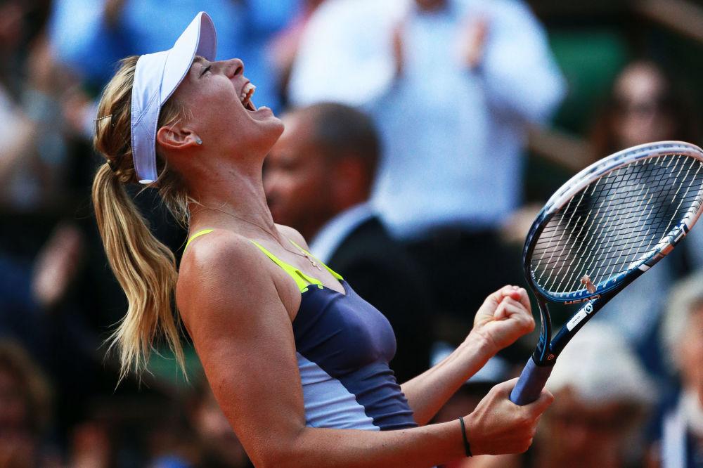 لاعبة التنس الروسية ماريا شارابوفا خلال مباراة النصف النهائي لبطولة فرنسا المفتوحة للتنس ضد لاعبة بيلاروسيا فيكتوريا أزارينكو