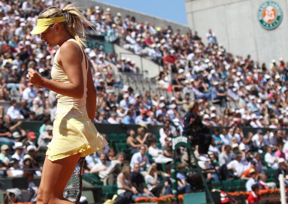 لاعبة التنس الروسية ماريا شارابوفا في مباراة الربع النهائي لبطولة فرنسا المفتوحة للتنس مع نظيرتها أندريا بيتكوفيتش