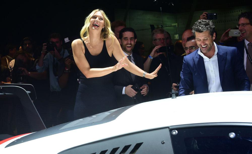 لاعبة التنس الروسية ماريا شارابوفا في مدينة لوس أنجلوس خلال معرض السيارات الدولي لوس أنجلوس أوتو شو-2016، حيث ترفض عرضا من الممثل بارتيك ديمبسي بتجربة الركوب في سيارة Porsche 911 RSR، ديسمبر/ كانون الثاني 2016