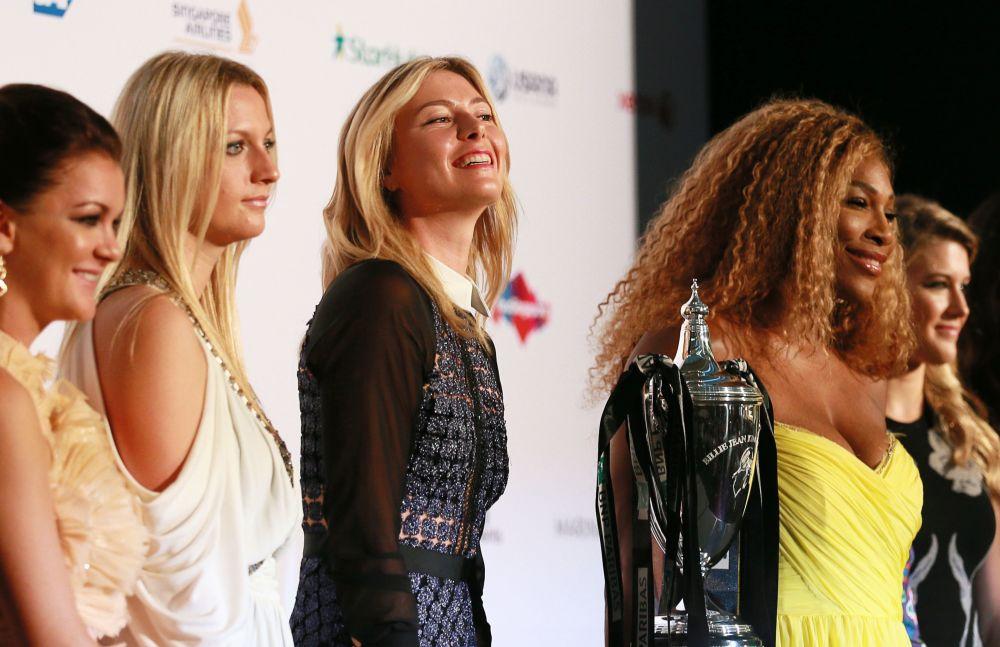 لاعبة التنس الروسية ماريا شارابوفا، والبولندية أغنيشكا رادفانسكا، والتشيكية بيترا كفيتوفا، والأمريكية سيرينا ويليامس، والكندية إجيني بوشار، تلتقطن صورة جماعية قبل بدء القرعة لبطولة التنس النسائي (WTA) في سينغافورة
