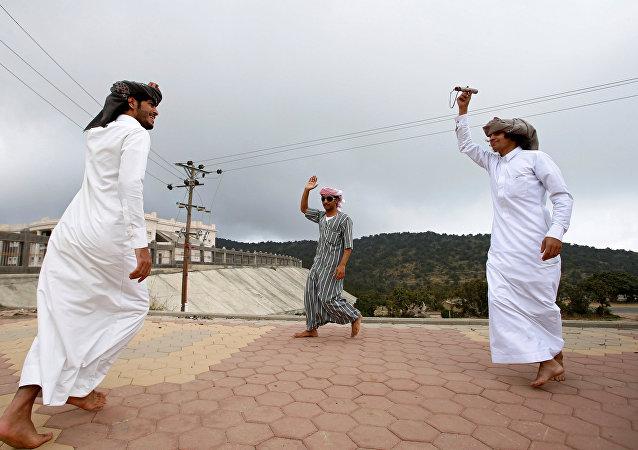 سعوديون يرقصون