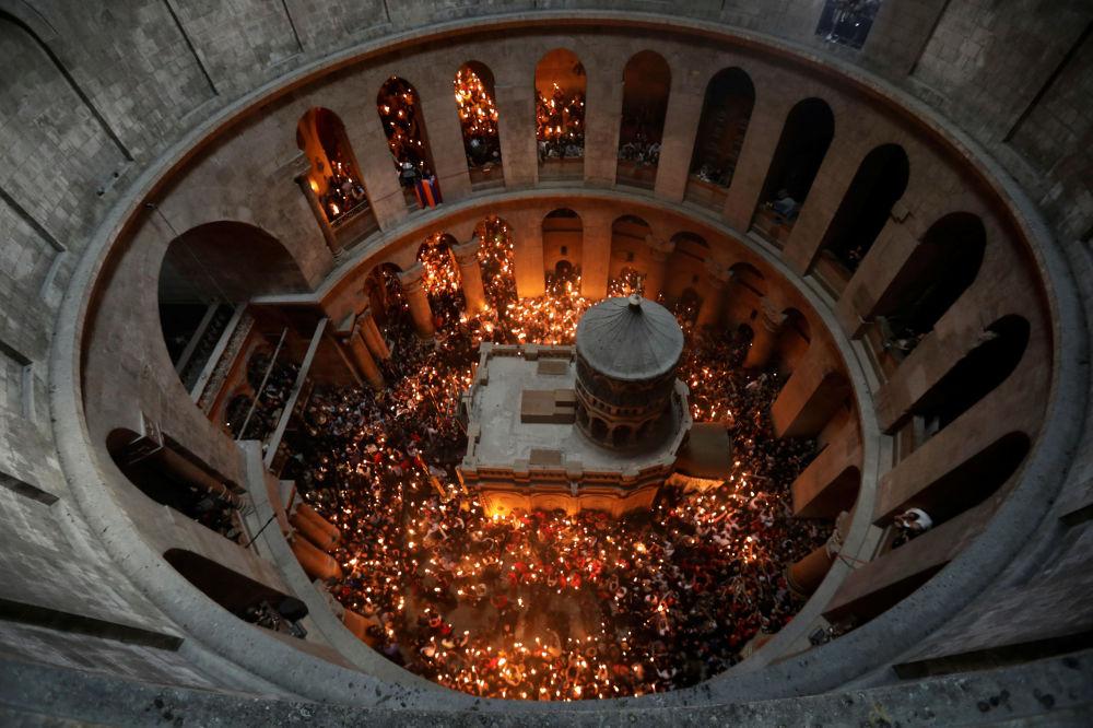 سبت النور في القدس - مسحيو الطائفة الأرثذوكسية ينتظرون انبثاق النور في كنيسة القيامة، البدة القديمة من القدس، فلسطين 15 أبريل/ نيسان 2017