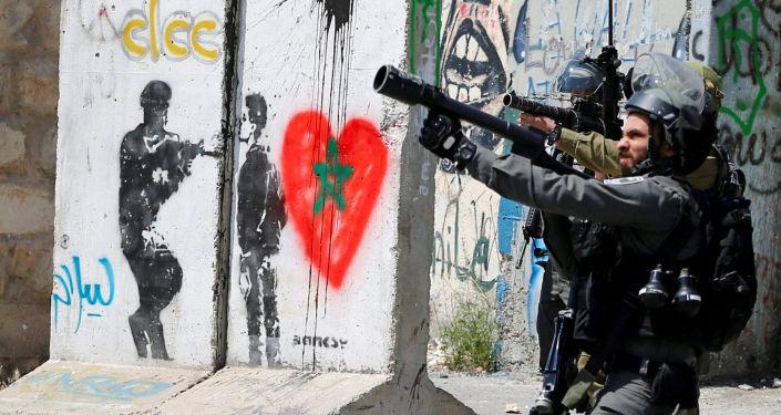 الجنود الإسرائيليون خلال اشتباكات مع المتظاهرين الفلسطينيين عقب احتجاج تضامني مع الأسرى الفلسطينيين في مدينة بيت لحم، الضفة الغربية 17 أبريل/ نيسان 2017