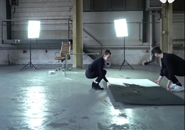 فنان ألماني يبتكر طريقة غريبة للرسم