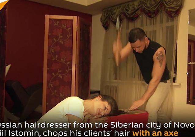 حلاق روسي يستخدم الفأس