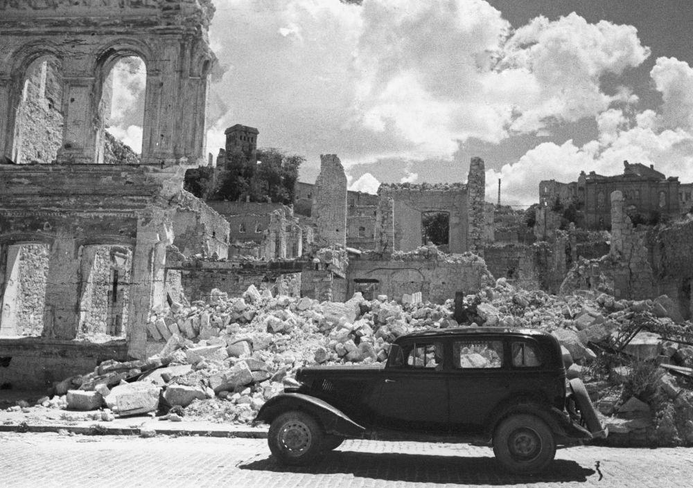 السيارة إيمكا (1936-1940) في إحدى شوارع سيفاستوبل، جمهورية القرم