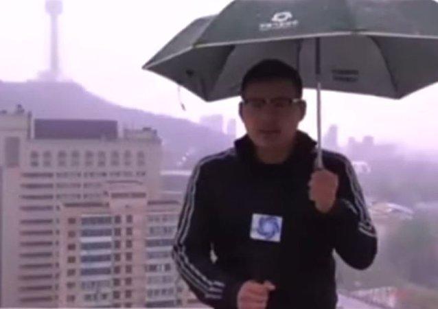 صحفي يتعرض لضربة برق