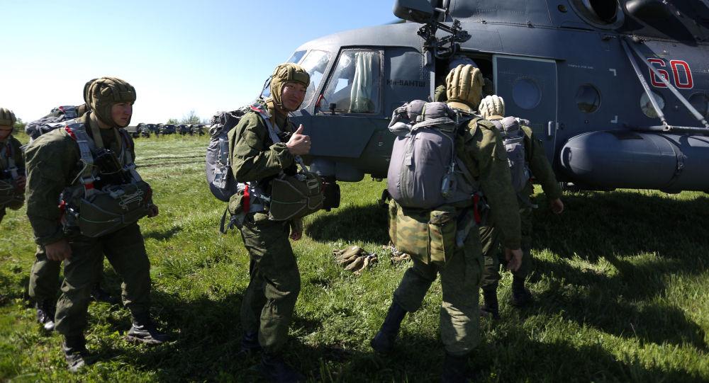 قوات الإنزال الجوي الروسية تيرميناتور لمروحيات (مي-8 أ ام تي اش) التابعة لقوات الإقليم الجنوبي من الجيش الروسي خلال التدريبات العسكرية في كراسنودارسكي كراي