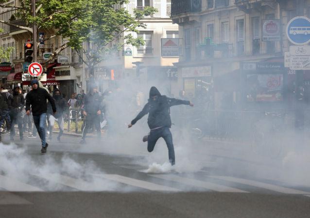 تظاهرات لطلاب المدارس في باريس ضد المرشحان للانتخابات الرئاسية الفرنسية مارين لوبان وإيمانويل ماكرون، 27 أبريل/ نيسان 2017