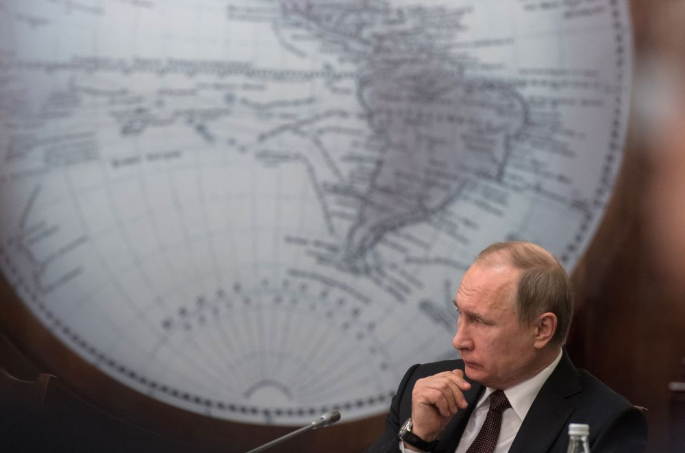 الرئيس الروسي فلاديمير بوتين خلال اجتماع المجلس السياسي لجمعية الجغرافيين الروس بمدينة سان بطرسبورغ، روسيا
