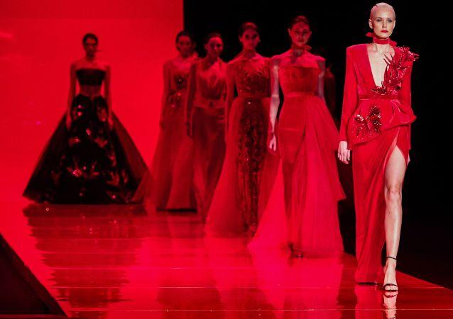 عارضات أزياء خلال عرض لمجموعة أزياء أناستاسيا أزادورينا في موسكو