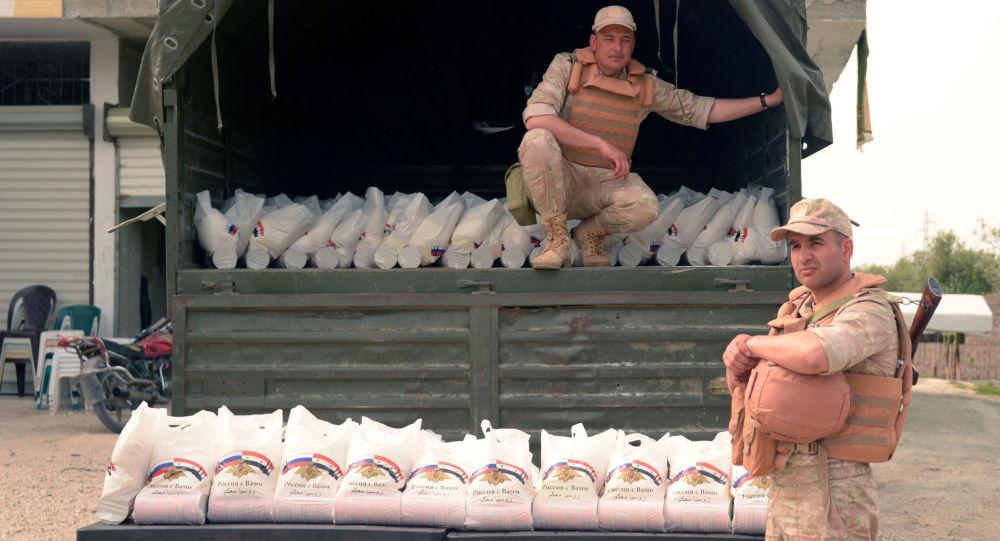 توزيع القوات الروسية المساعدات الإنسانية على السوريين في بلدة سقوبين، سوريا
