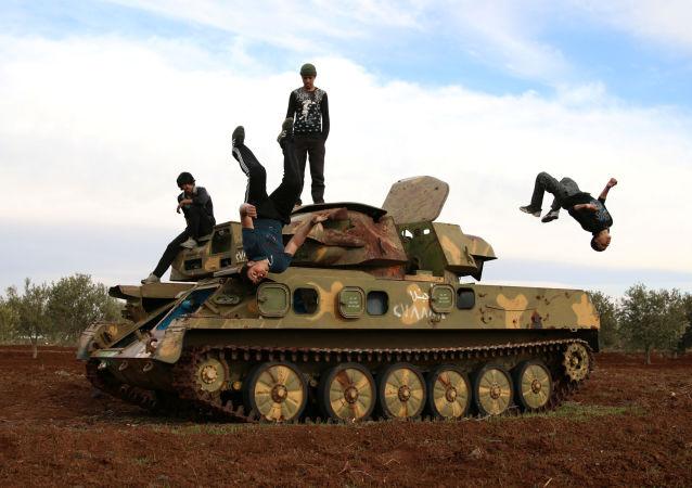 الباركور الحربي السوري - مهند القديري (18 عاماً)، وإبراهيم عيد (16 عاماً)  يستعرضان مهارتها بين ركام المباني في مدينة  إنخل غرب الدرعة، سوريا 4 فبراير/ شباط 2017