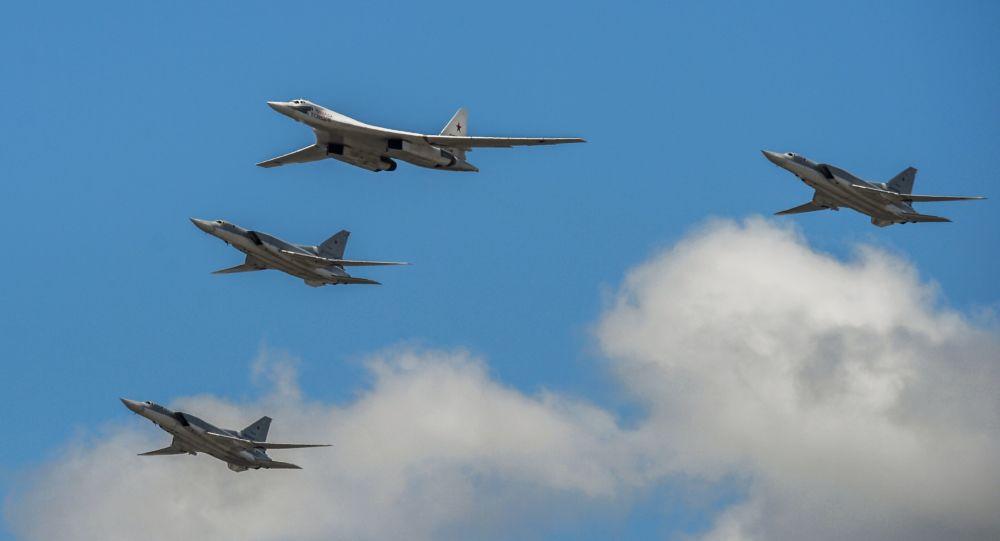 تدريبات العرض الجوي العسكري بمناسبة عيد النصر - القاذفات الاستراتيجية تو-160 (نيكولاي كوزنيستوف) وقاذفات من طراز تو-22إم3 تحلق فوق الساحة الحمراء في موسكو