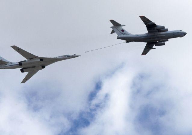 تدريبات العرض الجوي العسكري بمناسبة عيد النصر - طائرة للشحن بالوقود إيل-78 والقاذفة الاستراتيجية تو-160 (فلاديمير سوديتس) تحلقان فوق الساحة الحمراء في موسكو