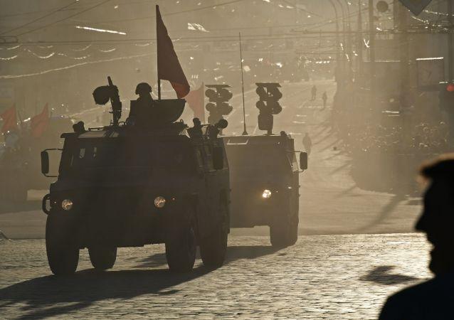 المدرعة تيغر-ام وتيغر خلال التدريبات في العرض العسكري الذي سيقام مناسبة عيد النصر في الحرب الوطنية العظمى ضد قوات ألمانيا النازية (1941-1945)