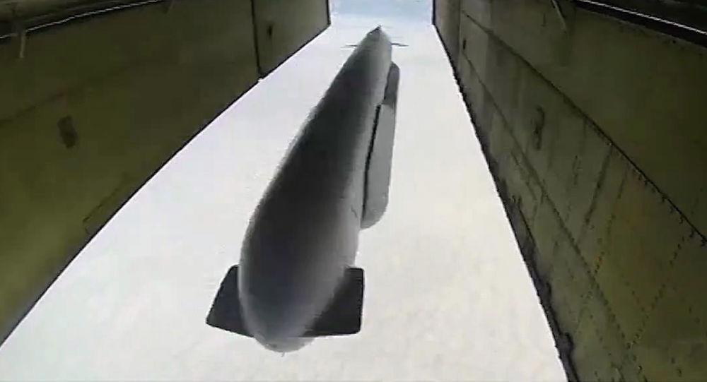 طائرة تو-95 تطلق صاروخا