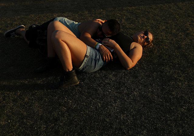 صديقان يناما على الأرض