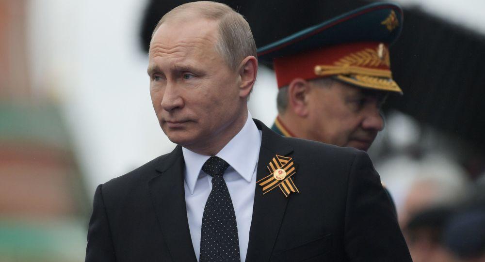 الرئيس الروسي فلاديمير بوتين في عرض عسكري في الذكرى 72 النصر في الحرب الوطنية العظمى