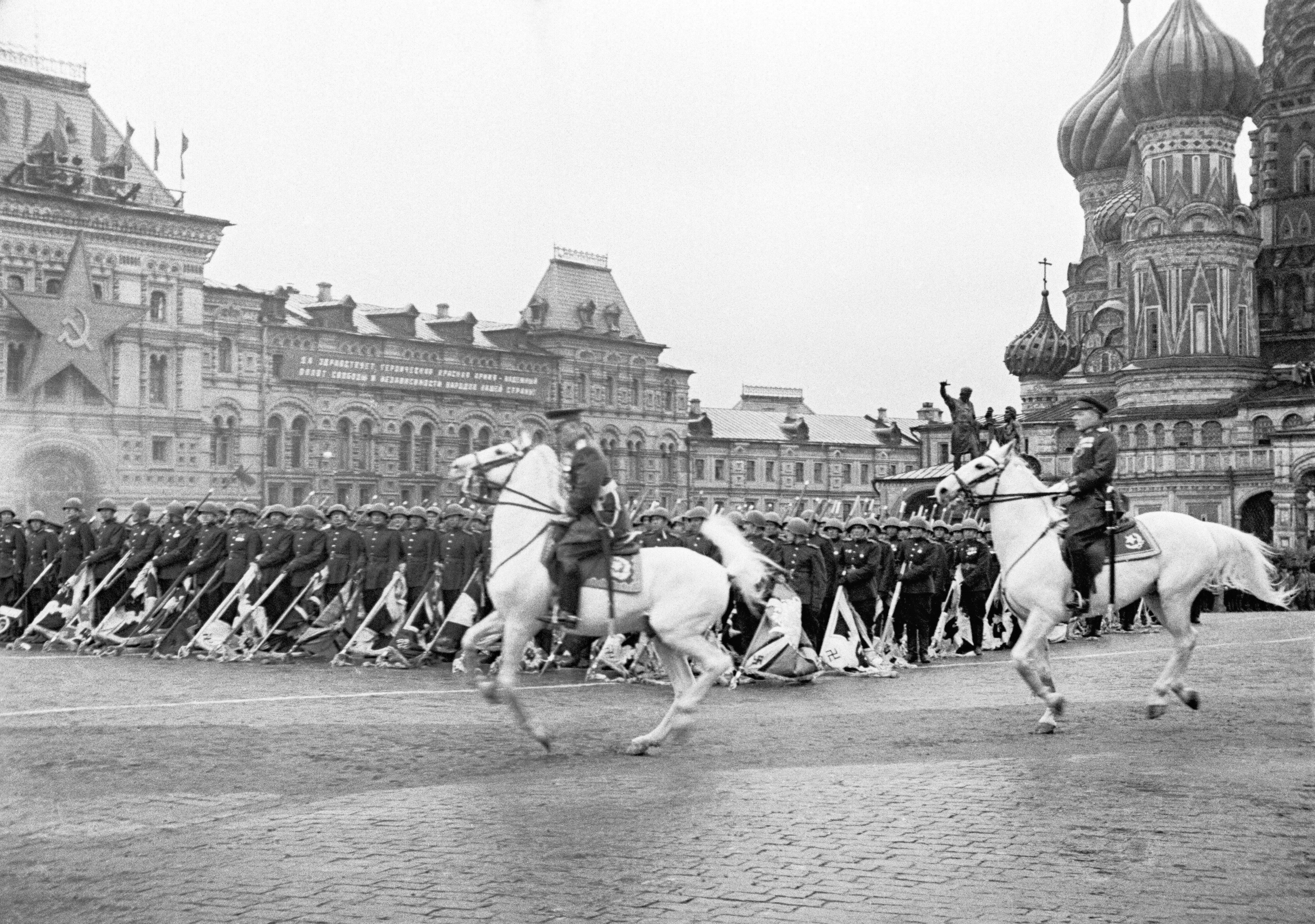 العرض العسكري الأول احتفالا بيوم النصر 1945