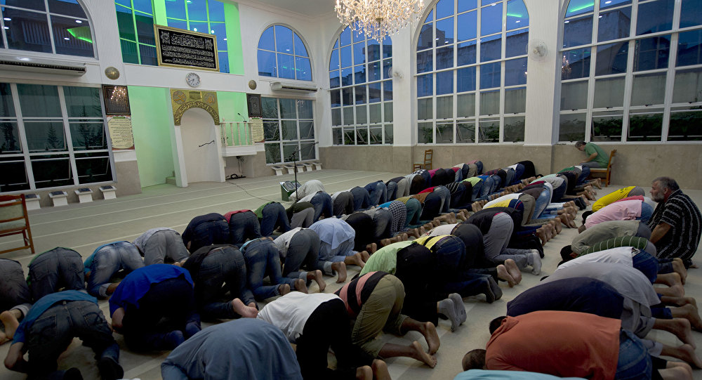 Muslims pray at Do Pari mosque in downtown Sao Paulo, Brazil (File)