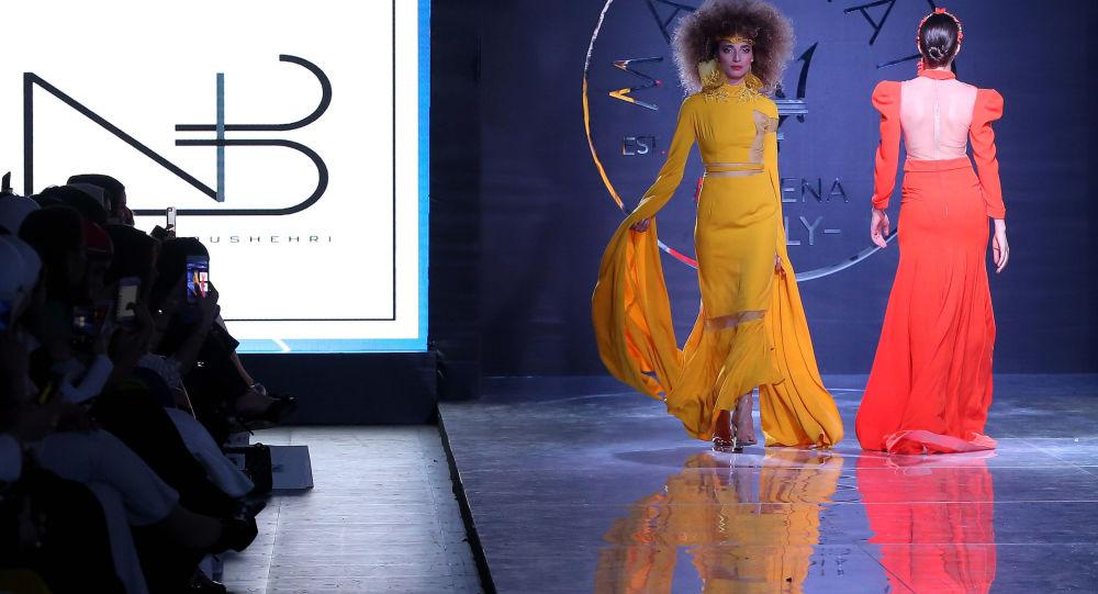 a4d58424d4e4e بالصور...أحدث صيحات الموضة لألوان ملابس وشعر 2019 - Sputnik Arabic